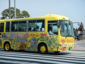 お宮の松前を通過する湯~遊~バス